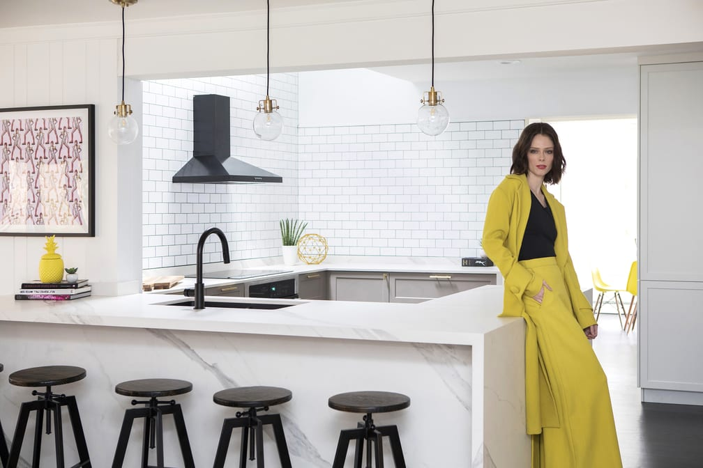 Jasna kuchnia w mieszkaniu top modelki Coco Rocha