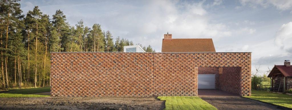 Piękna ceglana elewacja Rudego Domu projektu pracowni Toprojekt
