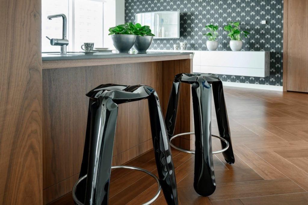 Czarne stołki w apartamencie GLACE projektu pracowni AKSONOMETRIA