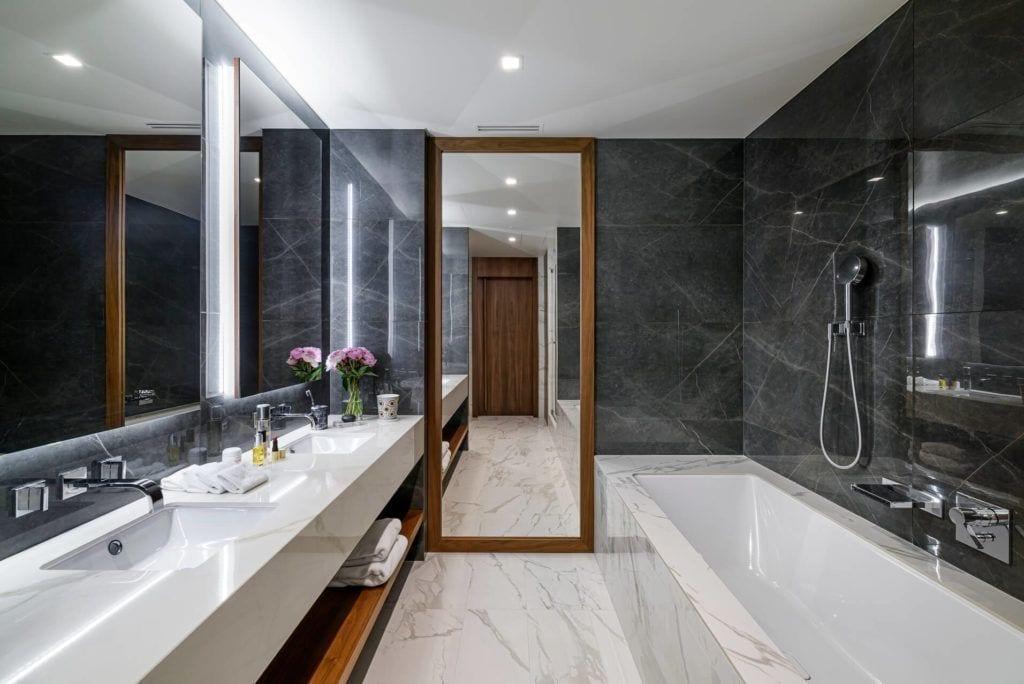 Czarna łazienka w apartamencie GLACE projektu pracowni AKSONOMETRIA