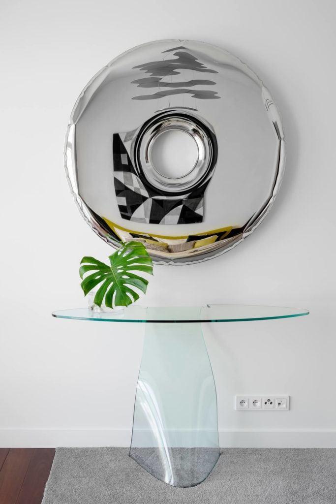 Lustro projektu Oskara Zięty w apartamencie GLACE projektu pracowni AKSONOMETRIA