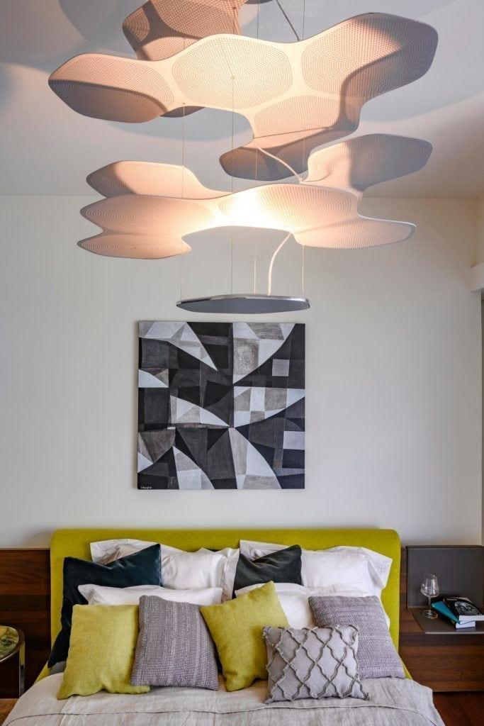 Obraz na ścianie w sypialni w apartamencie GLACE projektu pracowni AKSONOMETRIA