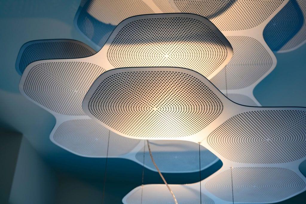 Lampa w apartamencie GLACE projektu pracowni AKSONOMETRIA