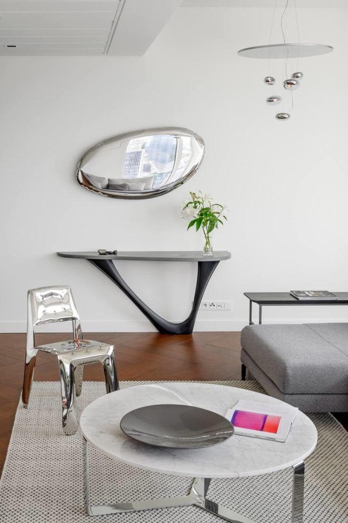 Lustro na ścianie w apartamencie GLACE projektu pracowni AKSONOMETRIA