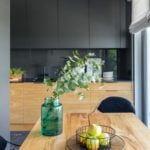 Drewniany stół w jadalni w mieszkaniu projektu pracowni Decoroom