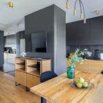 Jadalnia z drewnianym stołem w mieszkaniu projektu pracowni Decoroom