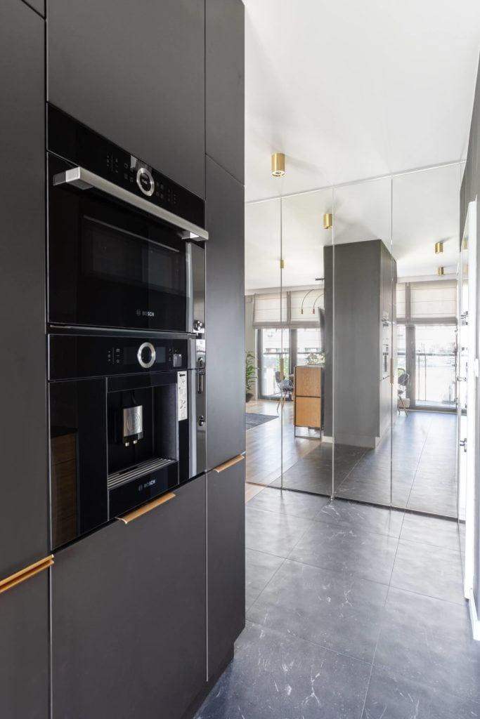 Zabudowa kuchenna w mieszkaniu projektu pracowni Decoroom