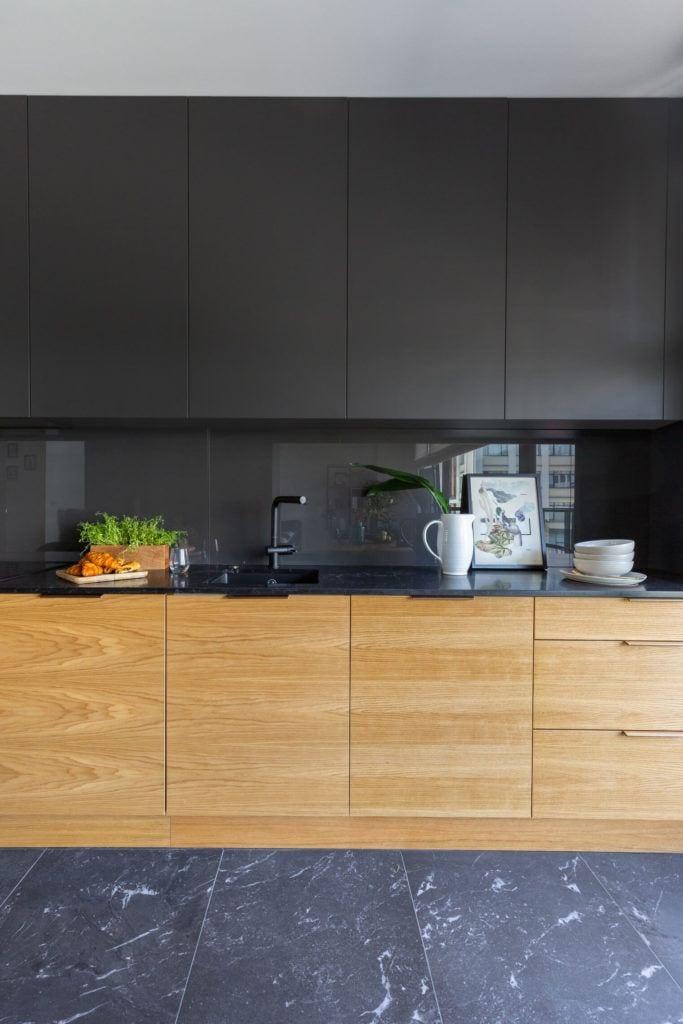 Szafki kuchenne z frontami w kolorze drewna i czarnym