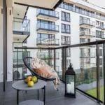 Balkon z fotelem w mieszkaniuprojektu pracowni Decoroom