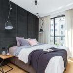 Sypialnia z dużym łóżkiem i aksamitną ścianą w mieszkaniu projektu pracowni Decoroom