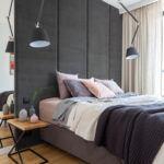 Sypialnia z dużym łóżkiem w mieszkaniuprojektu pracowni Decoroom