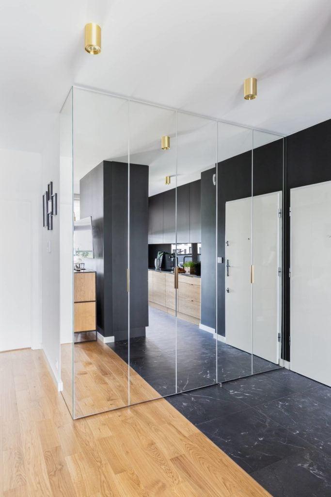 Duża szafa z lustrami w mieszkaniu projektu pracowni Decoroom