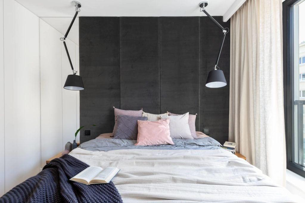 Aksamitna ściana w sypialni w mieszkaniu projektu pracowni Decoroom