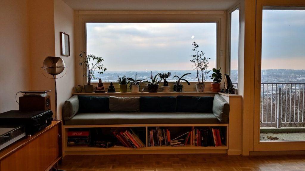 Widok na panoramę Brukseli w kubistycznym apartamencie projektu Agnieszki Gansiniec z pracowni D44 architecture