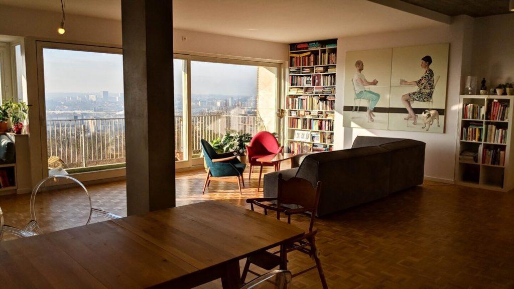 Salon z widokiem na Brukselę w kubistycznym apartamencie projektu Agnieszki Gansiniec z pracowni D44 architecture