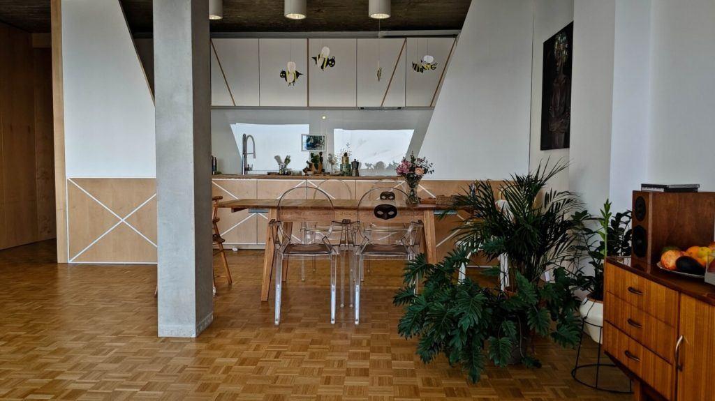 Krzesła przy stole w jadalni w kubistycznym apartamencie projektu Agnieszki Gansiniec z pracowni D44 architecture