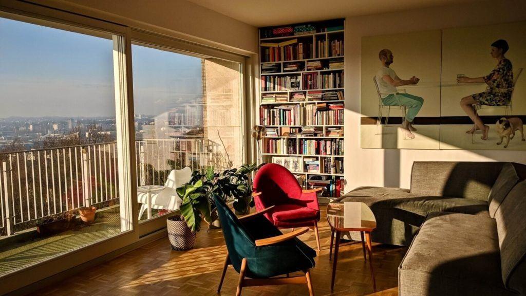 Czerwony i niebieski fotel w kubistycznym apartamencie projektu Agnieszki Gansiniec z pracowni D44 architecture