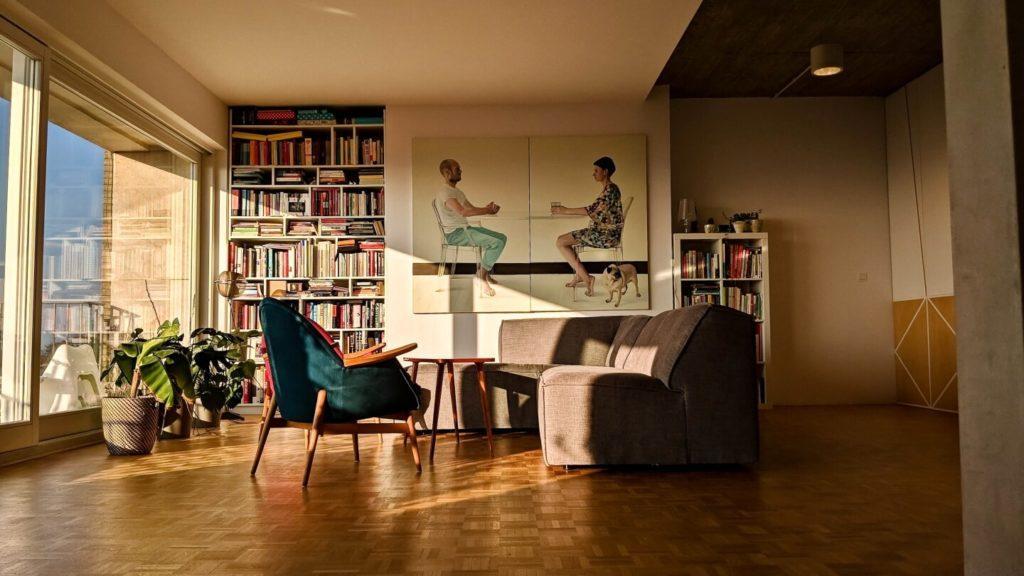 Niebieski fotel i sofa w kubistycznym apartamencie projektu Agnieszki Gansiniec z pracowni D44 architecture