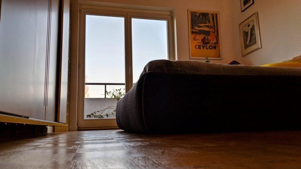 Łóżko w sypialni w kubistycznym apartamencie projektu Agnieszki Gansiniec z pracowni D44 architecture
