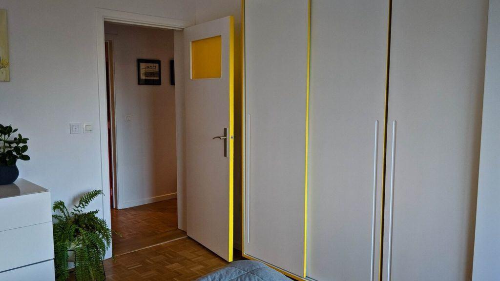 Szafa w sypialni w kubistycznym apartamencie projektu Agnieszki Gansiniec z pracowni D44 architecture