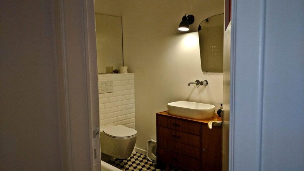 Toaleta w kubistycznym apartamencie projektu Agnieszki Gansiniec z pracowni D44 architecture