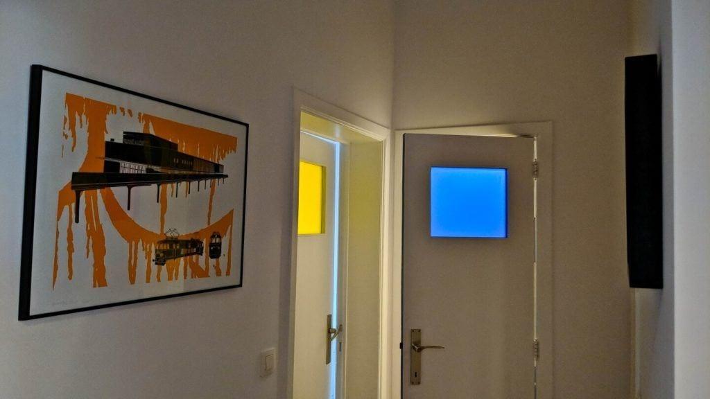 Kolorowe szyby w drzwiach łazienkowych w kubistycznym apartamencie projektu Agnieszki Gansiniec z pracowni D44 architecture