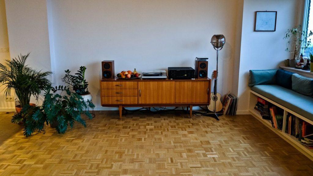Komoda stojąca pod ścianą w kubistycznym apartamencie projektu Agnieszki Gansiniec z pracowni D44 architecture