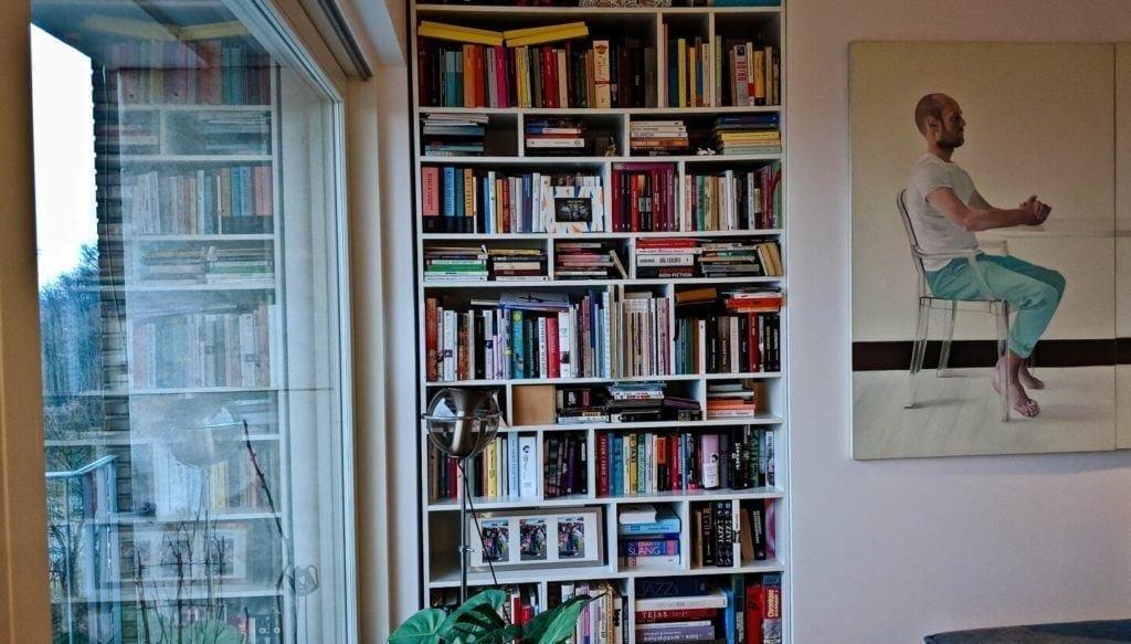 Regał pełen książek w kubistycznym apartamencie projektu Agnieszki Gansiniec z pracowni D44 architecture