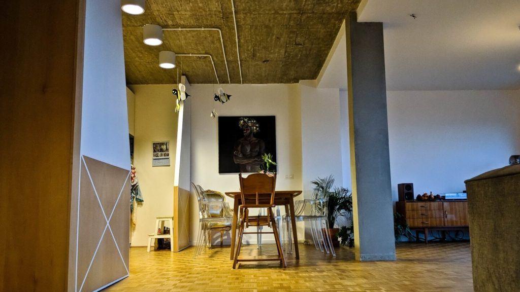 Salon połączony z kuchnią w kubistycznym apartamencie projektu Agnieszki Gansiniec z pracowni D44 architecture