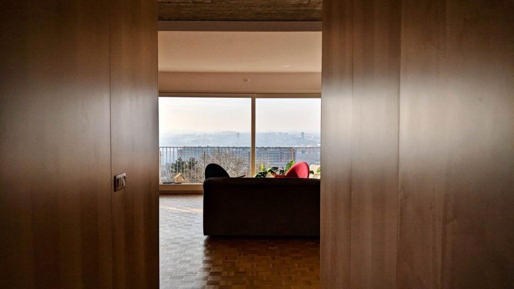 Ogromne okno w salonie w kubistycznym apartamencie projektu Agnieszki Gansiniec z pracowni D44 architecture