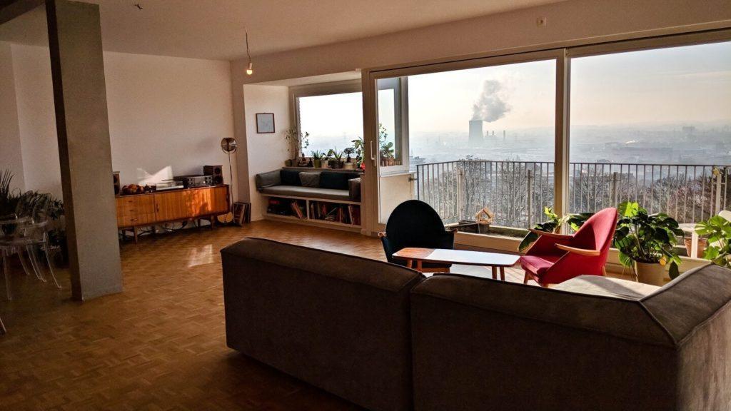 Duży salon w kubistycznym apartamencie projektu Agnieszki Gansiniec z pracowni D44 architecture
