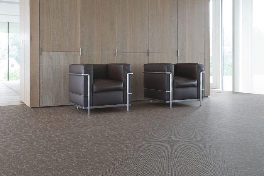Dwa czarne fotele stojące na winylowej podłodze - podłogi winylowe 2tec2