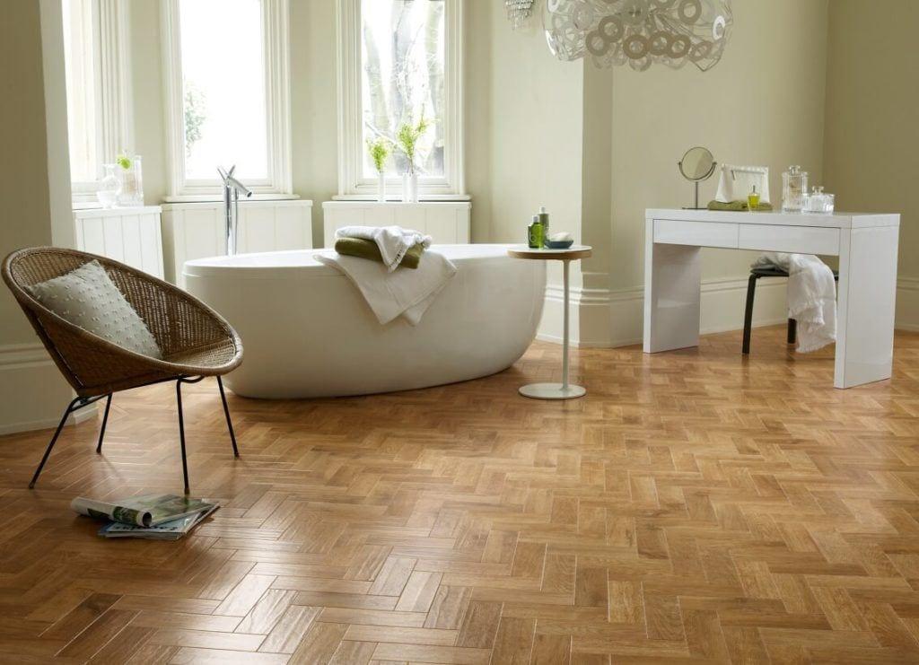 Pokój kąpielowy z winylową podłogą marki Designflooring