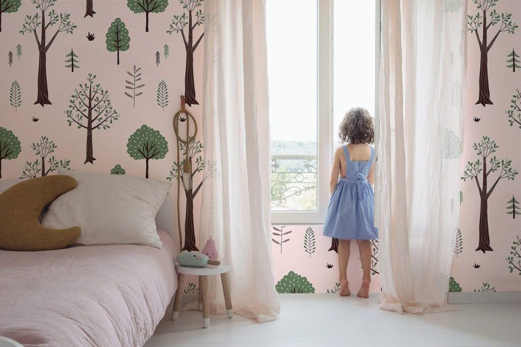 Fototapeta w pokoju dziecięcym z motywem lasu