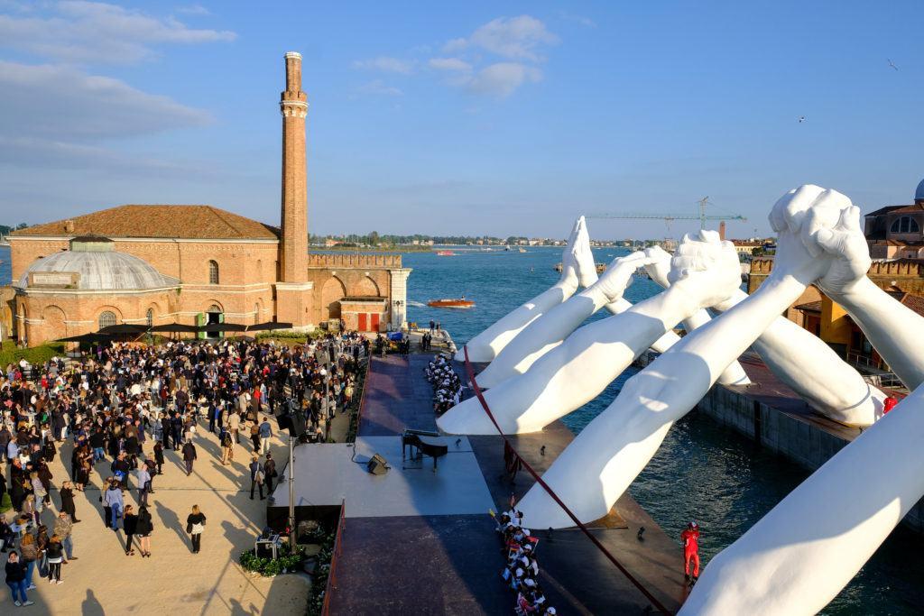 Instalacja Building Bridges projektu Lorenzo Quinn podczas 58. Międzynarodowej Wystawy Sztuki – La Biennale di Venezia 2019