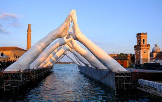 Building Bridges – instalacja Lorenzo Quinn'a na Biennale Sztuki w Wenecji