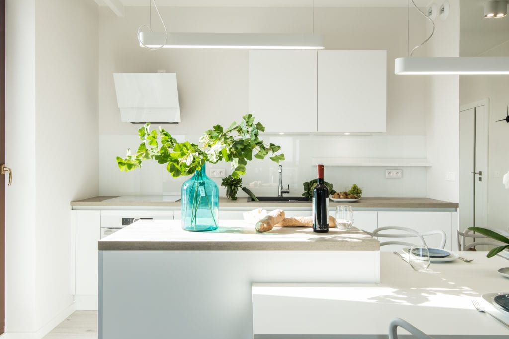 Biel we wnętrzach w kuchni projektu pracowni KODO
