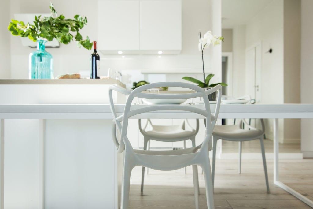 Białe krzesło stojące w białej kuchnii