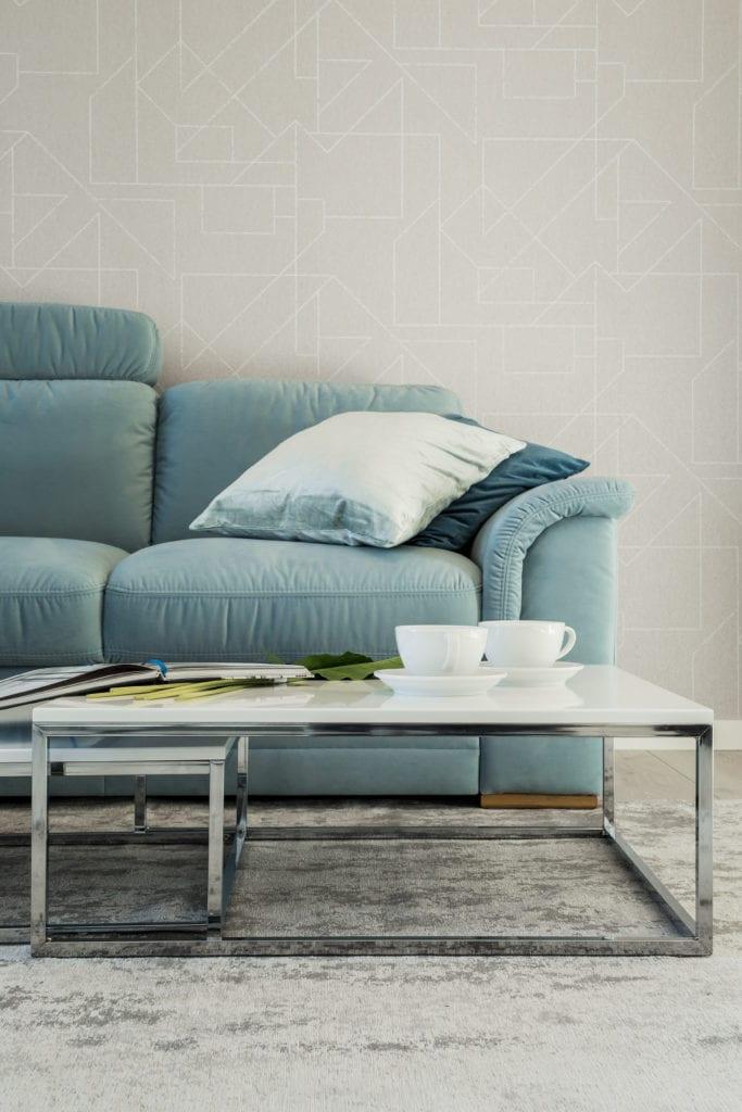 Biel we wnętrzach dopełniona przez turkusową sofę