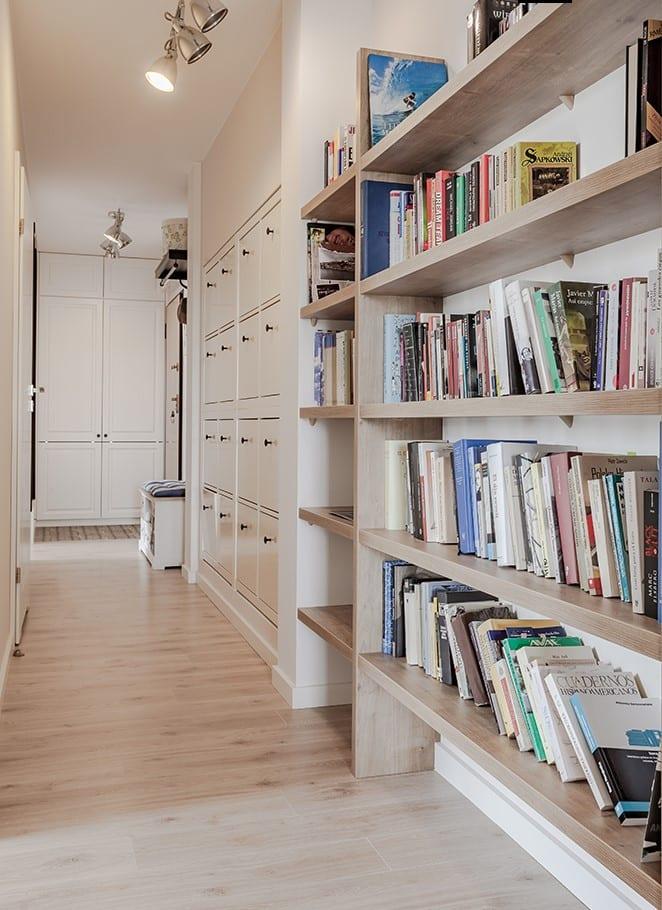 Regał na książki stojący w jasnym pokoju