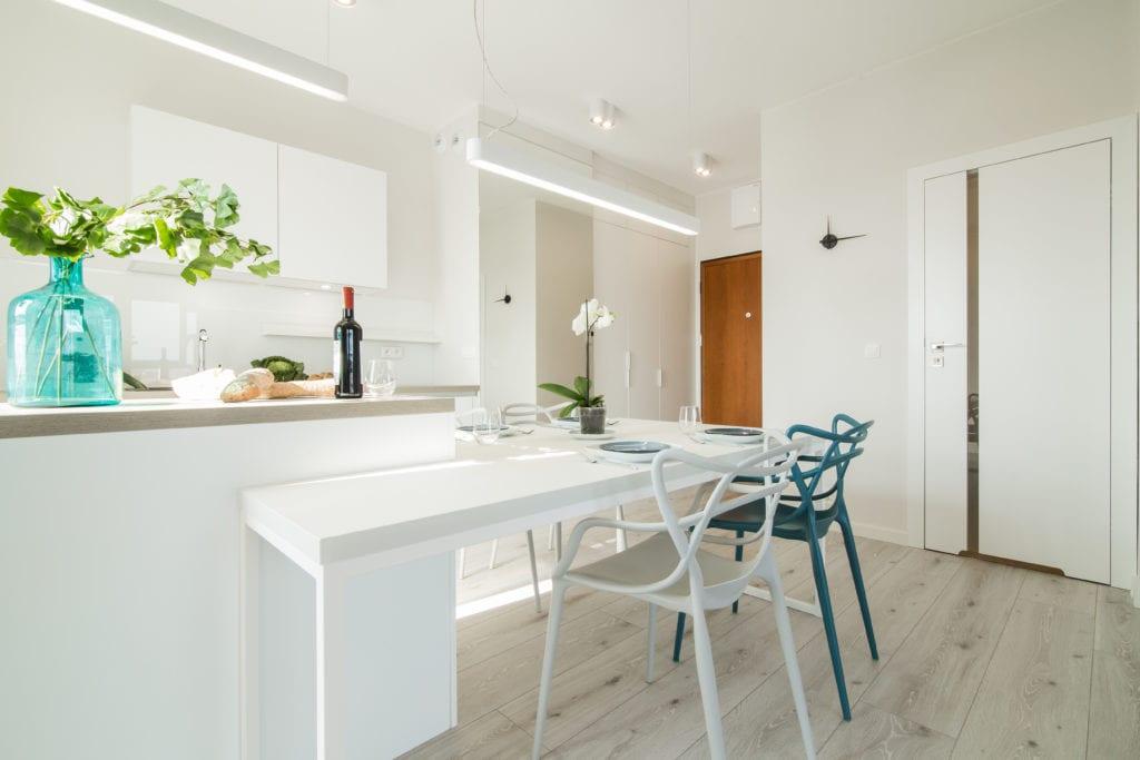 Białe i zielone krzesło stojące w jasnej kuchni