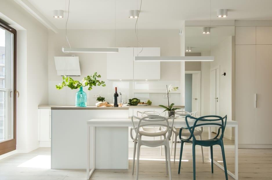 Biel we wnętrzach kuchni zaprojektowanej przez polską pracownię KODO