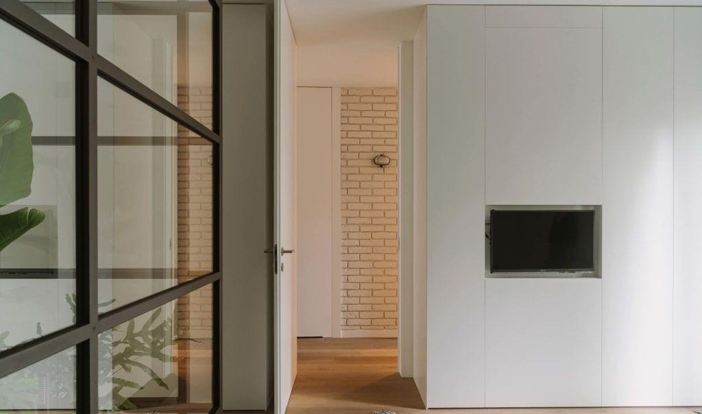 Jasny hol w mieszkaniu dla pary z dwójką dzieci projektu Studio O