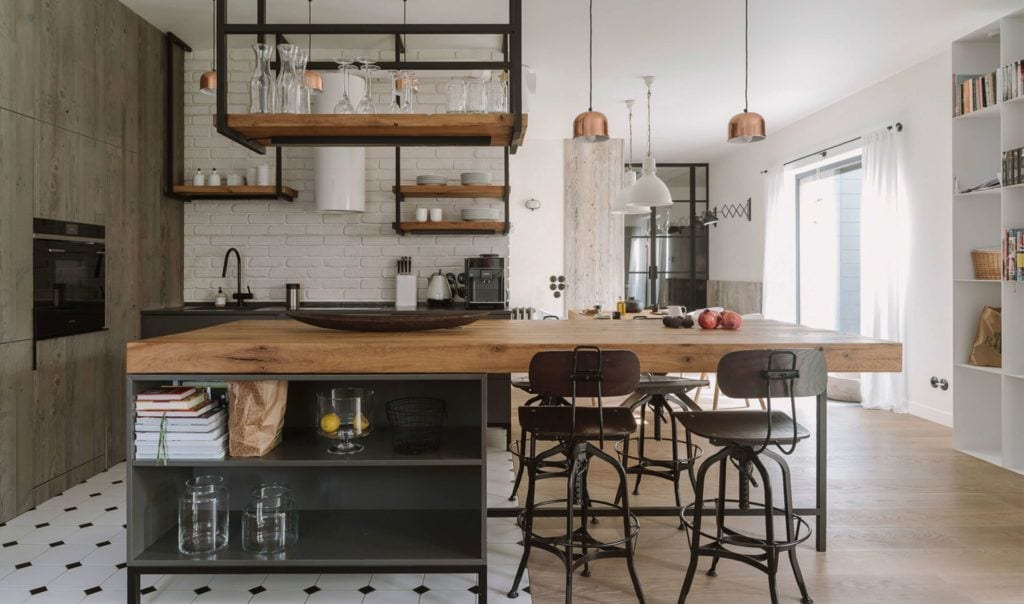 Kuchnia połączona z jadalnią z dużym drewnianym stołem