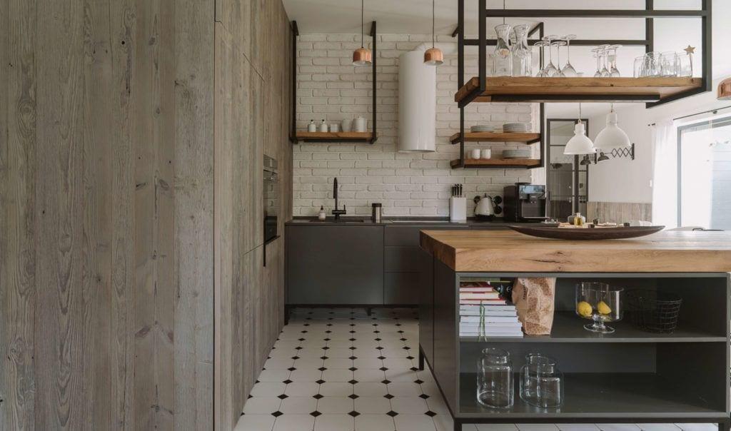 Drewniana zabudowa w kuchni połączonej z jadalnią