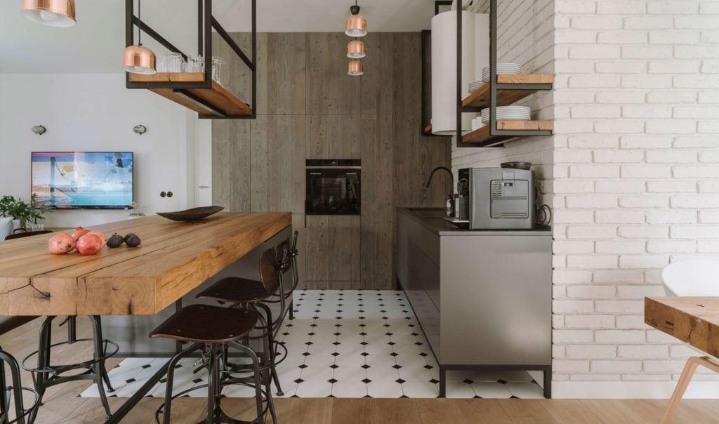 Połączenie drewnianej podłogi i płytek w mieszkaniu projektu Studio O