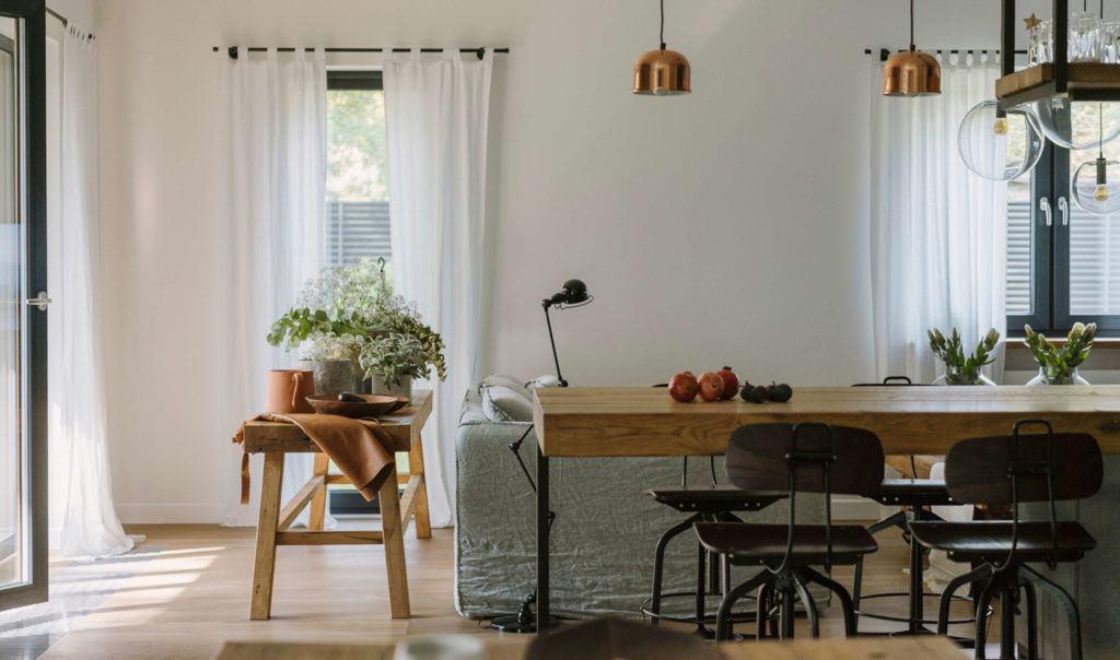 Duży drewniany stół w salonie w mieszkaniu projektu Studio O