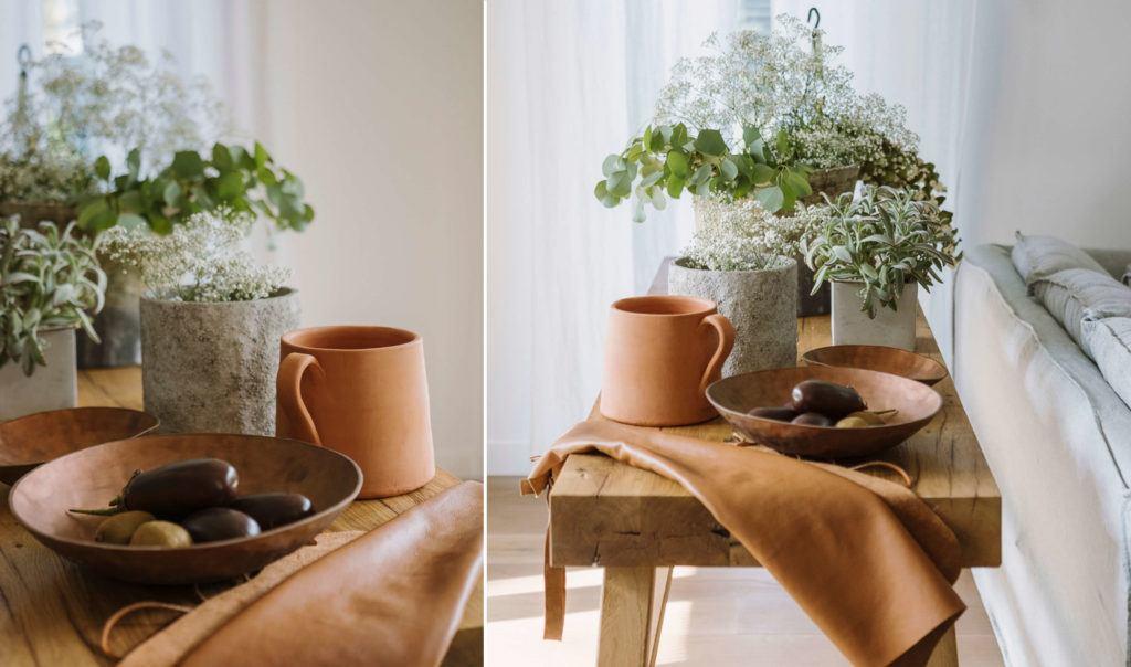 Dekoracje stojące na drewnianym stoliku