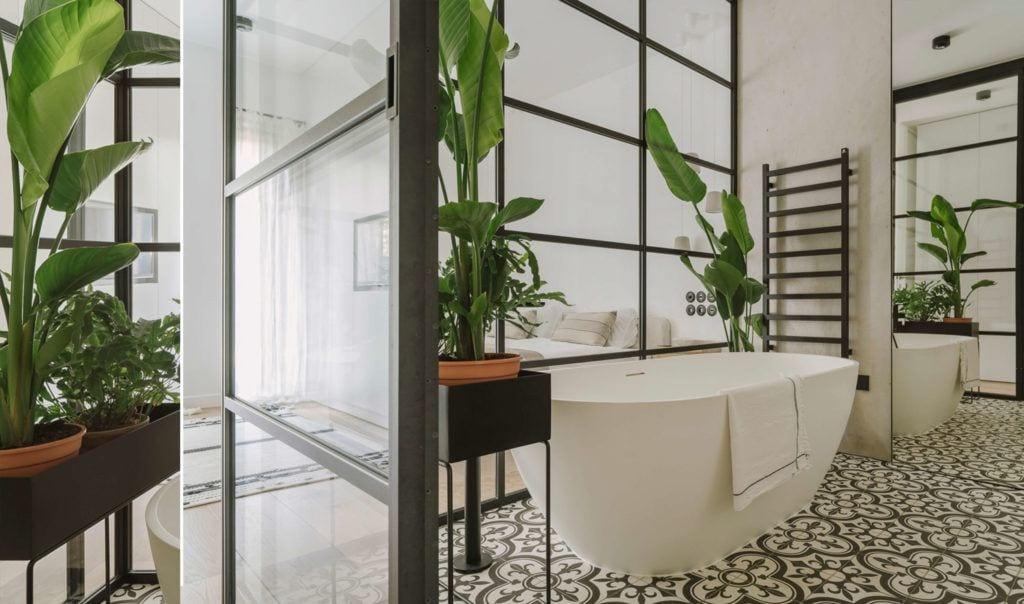 Łazienka z dużą wanną połączona z sypialnią