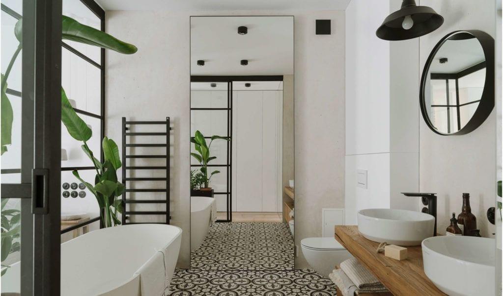 Jasna łazienka z dużą wanną w mieszkaniu dla pary z dwójką dzieci projektu Studio O